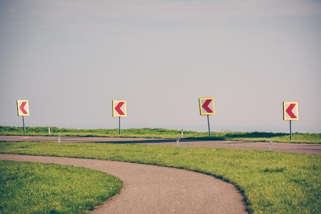 Gire a la izquierda firme en un camino rural