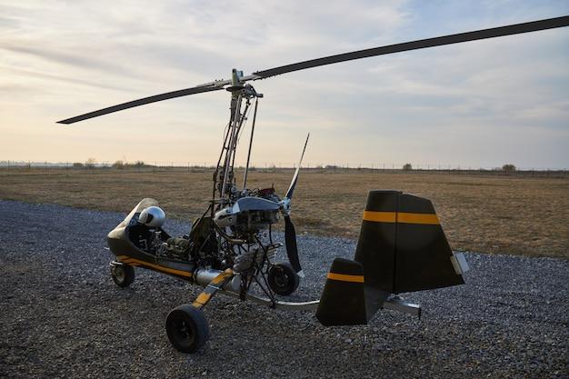 Giroscopio casero ultraligero individual se encuentra en el aeródromo
