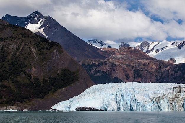 Glaciar campos congelados paisaje de montaña