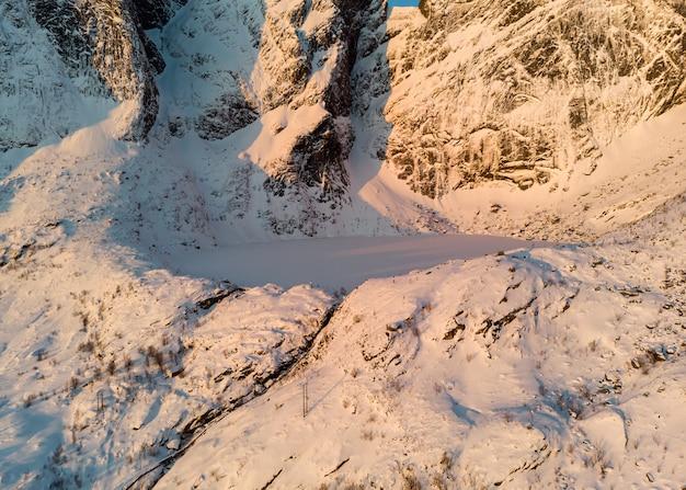 Glaciar en la cima de la montaña nevada al amanecer.