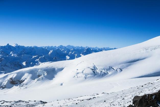 Glaciar nevado de las montañas caucásicas en el cielo azul. región de elbrus