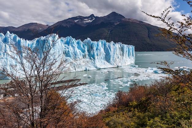Glaciar perito moreno campos congelados paisaje de otoño