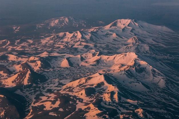 Glaciares en la cima de las montañas relieve con luz y sombra