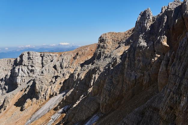 Los glaciares no se derritieron hasta finales del verano a la sombra de las rocas en el lado norte del pico de la montaña oshten en el cáucaso.