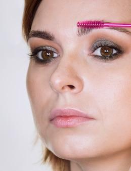 Glamorosa dama arreglando cejas
