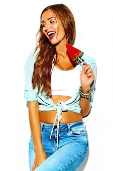 Glamour loco divertido elegante sexy sonriendo hermosa joven deporte mujer modelo en verano brillante hipster jeans tela con piruleta