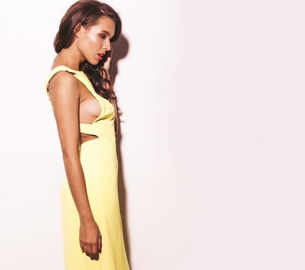 Glamour de moda elegante bella joven modelo con labios rojos en verano vestido amarillo brillante aislado en blanco