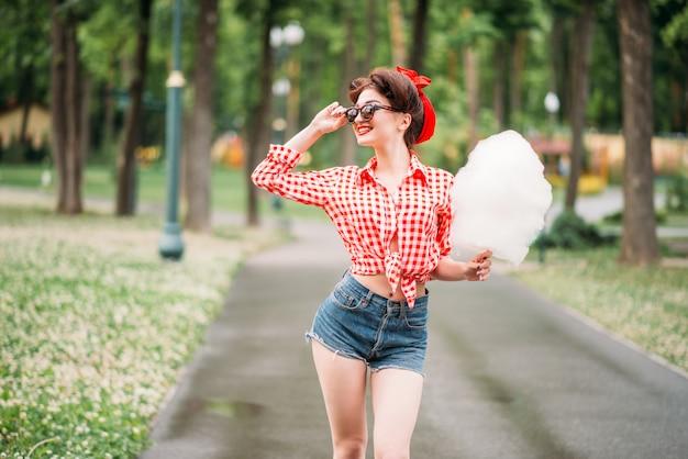 Glamour pin up girl con retro teléfonos rotativos