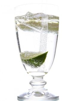 Glas de agua con hielo y lima