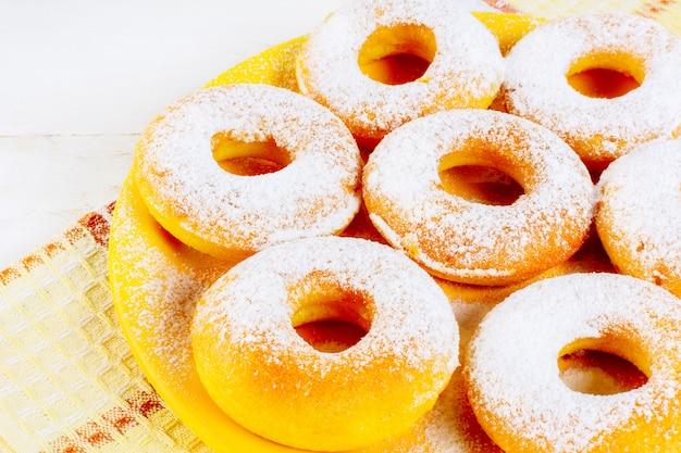 Glaseado de rosquillas caseras en placa amarilla