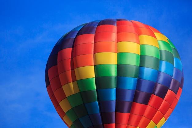 Globo aerostático arcoiris con cielo azul