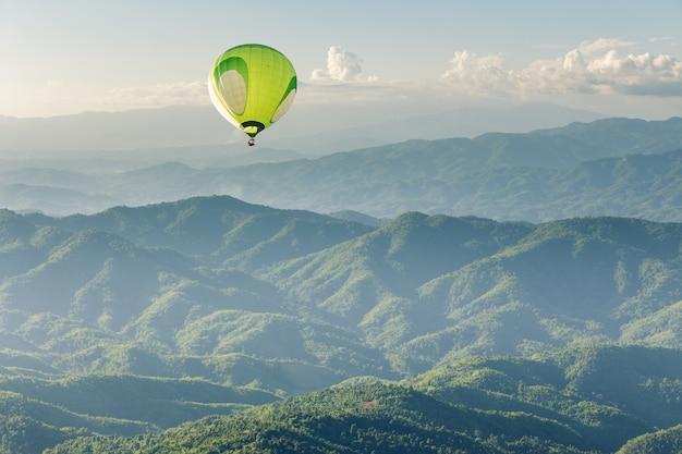 Globo aerostático sobre la montaña al atardecer