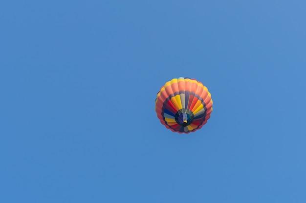 Globo de aire caliente de color en el fondo del cielo azul