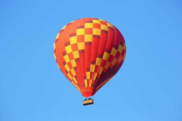 Globo de colores con gente volando en el cielo en capadocia.