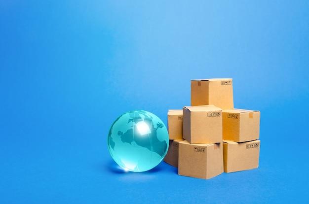 Globo de cristal azul y cajas de cartón.