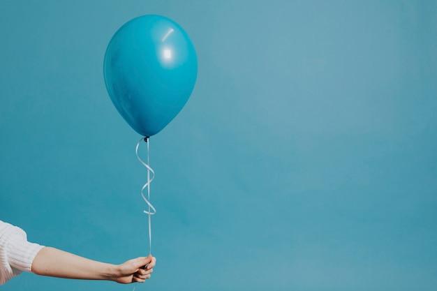 Globo de helio en una cuerda