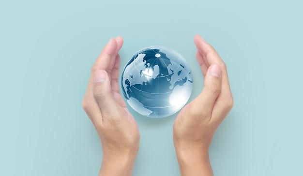 Globo en mano, concepto de ahorro de energía, elementos de esta imagen proporcionada por la nasa