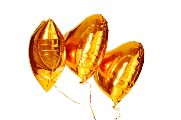 Globo metálico de oro gran corazón aislado en blanco