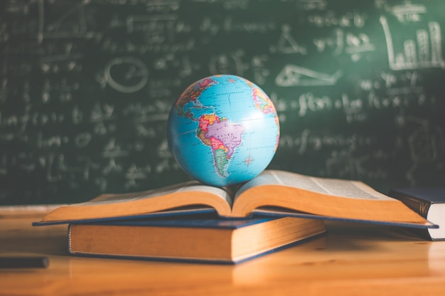 Globo del mundo en el libro. concepto de escuela de educación
