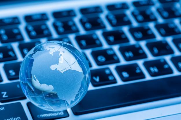 Globo del mundo y teclado de computadora