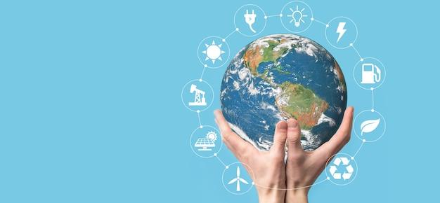 Globo del planeta tierra 3d en el hombre, la mano de la mujer, las manos sobre la superficie azul