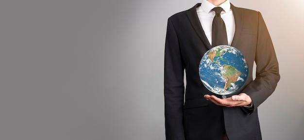 Globo de planeta tierra 3d en mano de hombre, mujer, manos sobre fondo azul. concepto de protección del medio ambiente. elementos de esta imagen proporcionada por la nasa