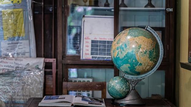 Globo terráqueo en el escritorio