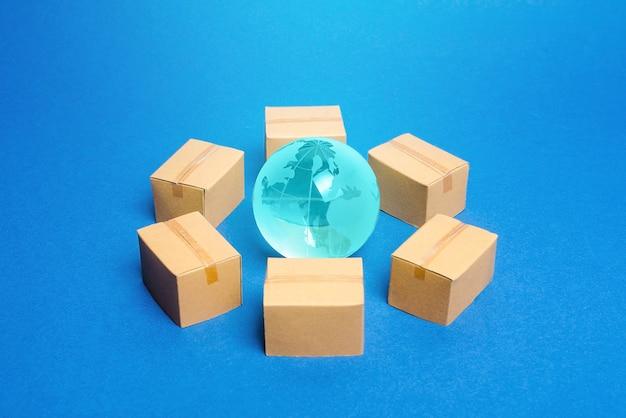 El globo terráqueo está rodeado de cajas.
