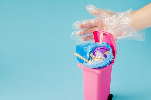 El globo terráqueo yace en la basura. el globo yace en un montón de plástico. contaminación plástica de la naturaleza.