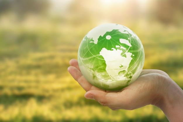 Globo, tierra en mano, sosteniendo nuestro planeta brillando. imagen de la tierra proporcionada por la nasa