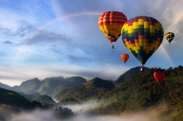 Globos aerostáticos con paisaje de montaña.
