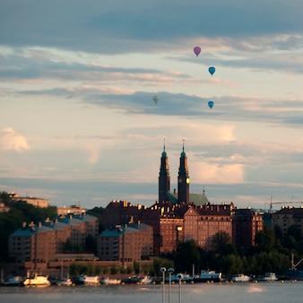 Globos aerostáticos sobre una ciudad, estocolmo, suecia