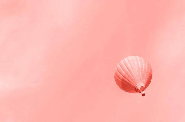 Globos aerostáticos volando sobre el cielo. copia espacio