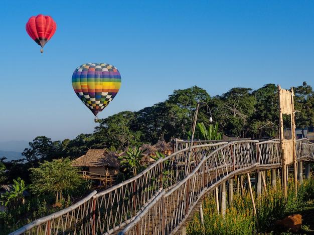 Globos de aire caliente en el cielo azul en ban doi sa-ngo chiangsaen, provincia de chiang rai, tailandia.