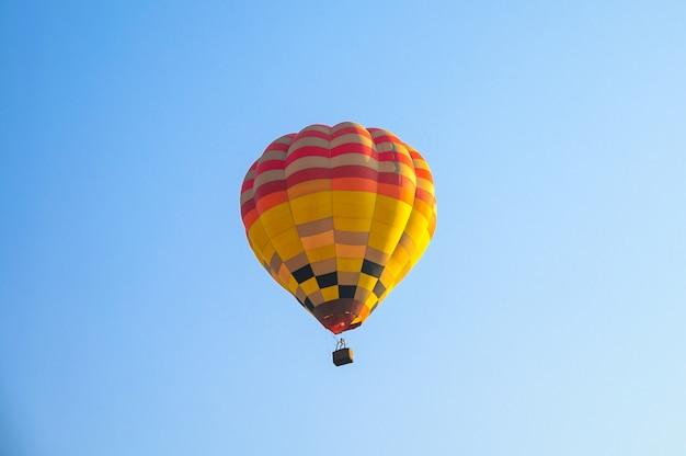 Globos de aire caliente volando en el cielo azul