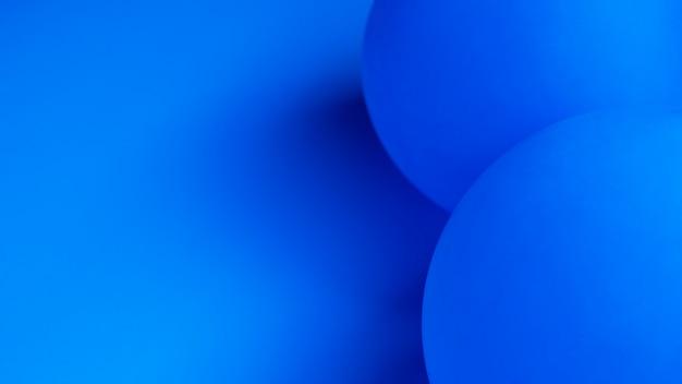 Globos azules con primer plano de espacio de copia
