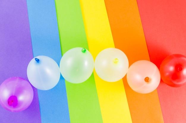 Globos con los colores de la bandera del orgullo