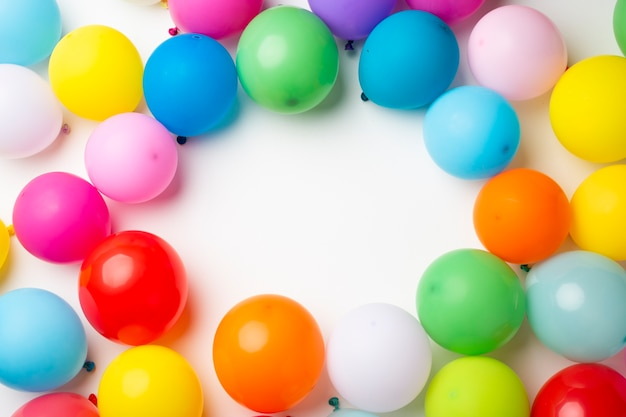 Globos de colores con espacio de copia