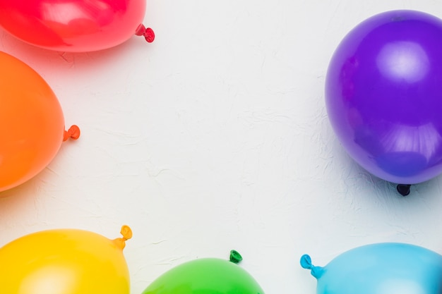 Globos de colores sobre fondo blanco