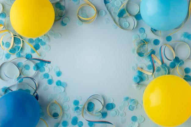 Globos y confeti azul de papel de carnaval