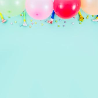 Globos de cumpleaños coloridos con matasuegras