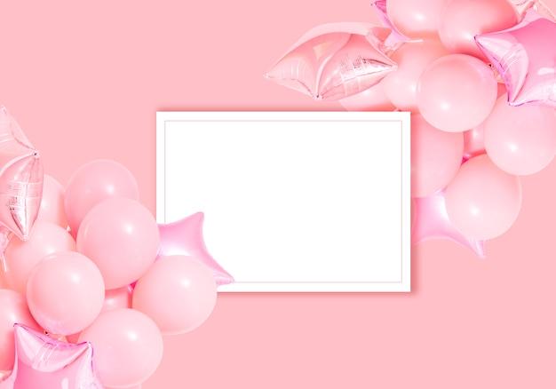 Globos de aire rosado del cumpleaños en fondo rosado con maqueta