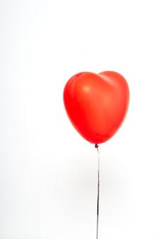 Globos de corazón rojo sobre un fondo blanco