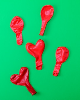 Los globos de goma rojos se alejan