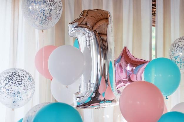 Globos inflables rosados, plateados y azules en cintas