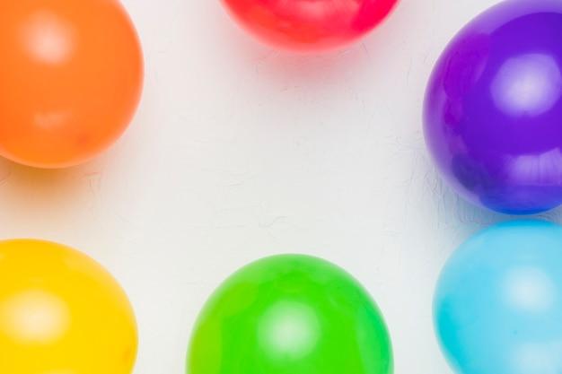 Globos multicolores sobre fondo blanco