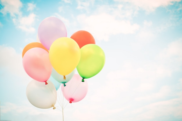 Globos multicolores de la vendimia en el cielo azul