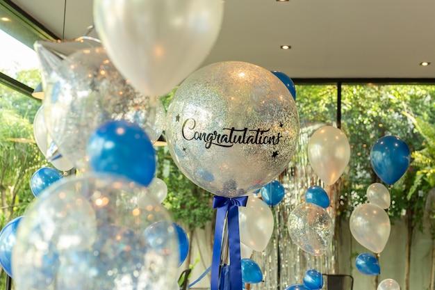 Globos con la palabra enhorabuena en la decoración del globo en el restaurante.