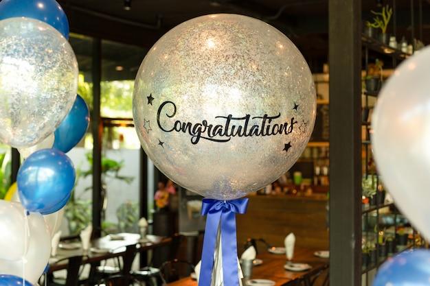 Globos con la palabra enhorabuena por la decoración de globos en el rsetaurant.
