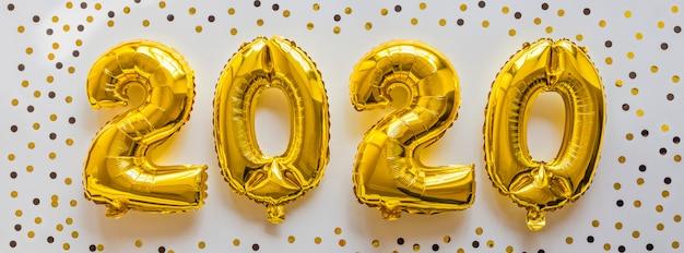 Globos de papel de color dorado en forma de números 2020